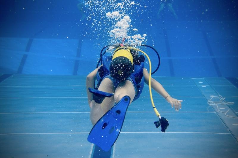 Tauchkurs Taucher im Schwimmbad bei Einzeltauchkurs