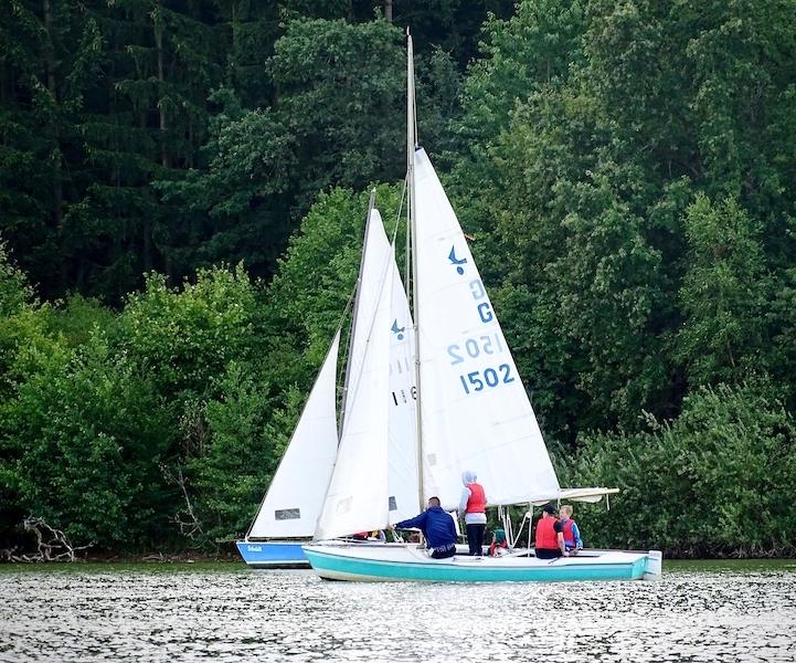 Jugendsegeler auf Segelbooten der Wassersportschule Kozlowski