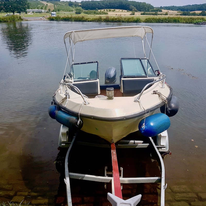 Motorboot Wipfeld auf Trailer wird zu Wasser gelassen