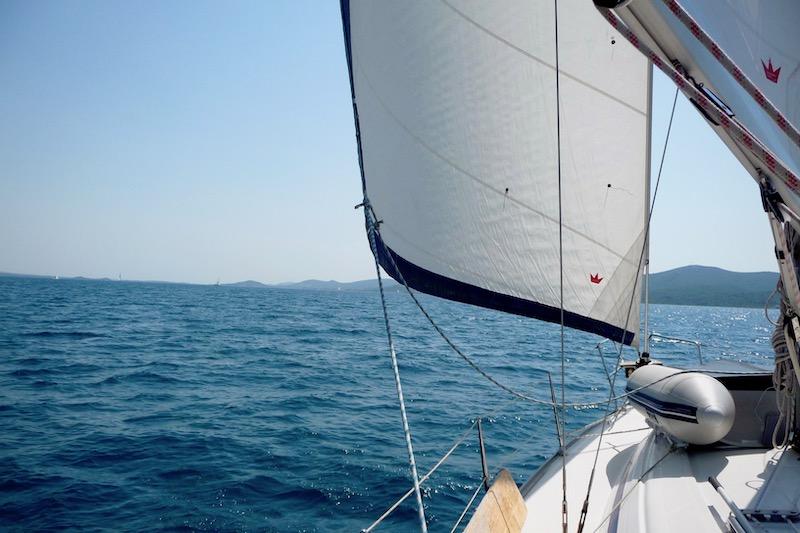 Segeln Adria Boot mit offenem Segel