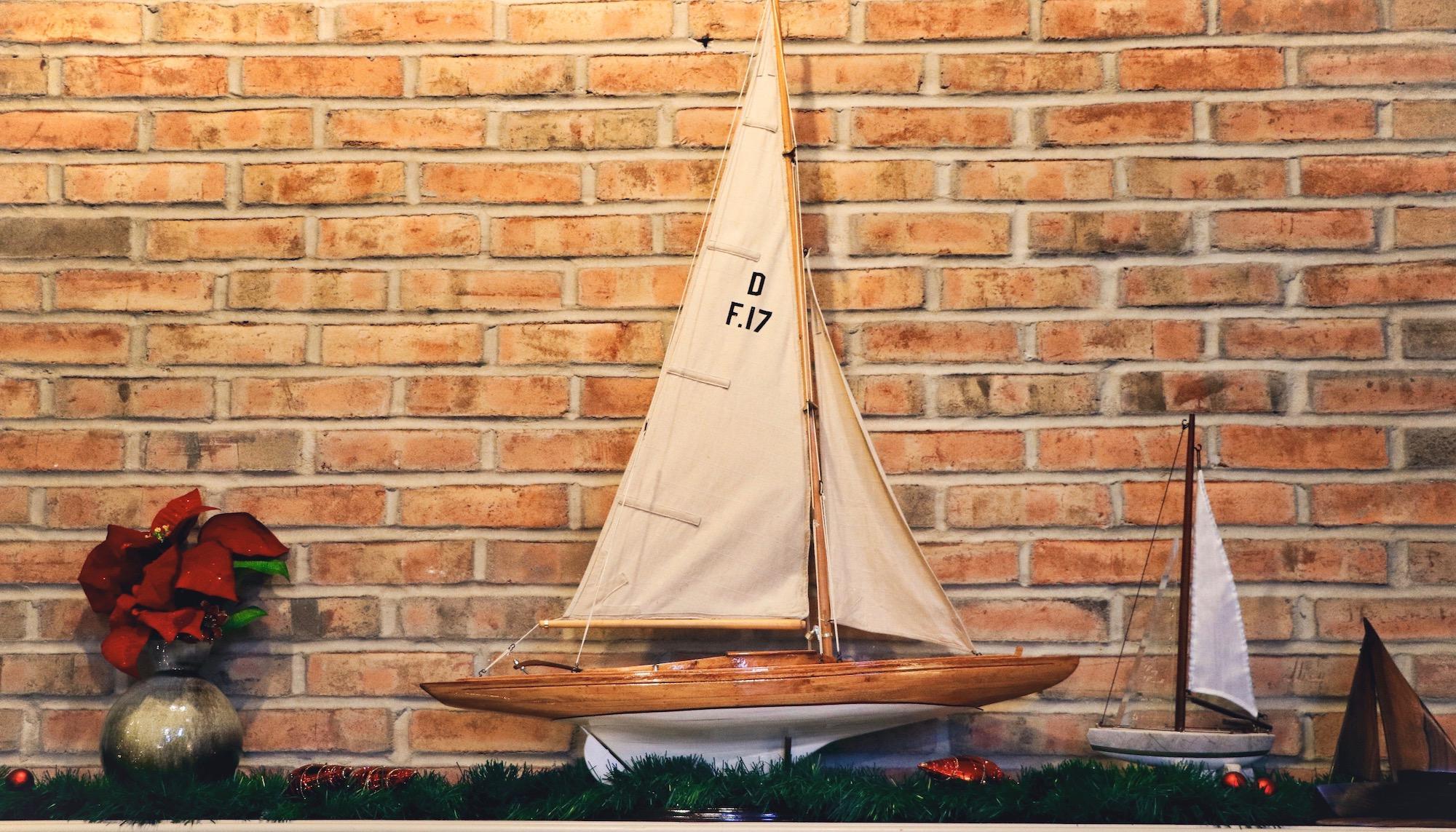 Segelboot Modell auf Kaminsims mit Weihnachtsdeko