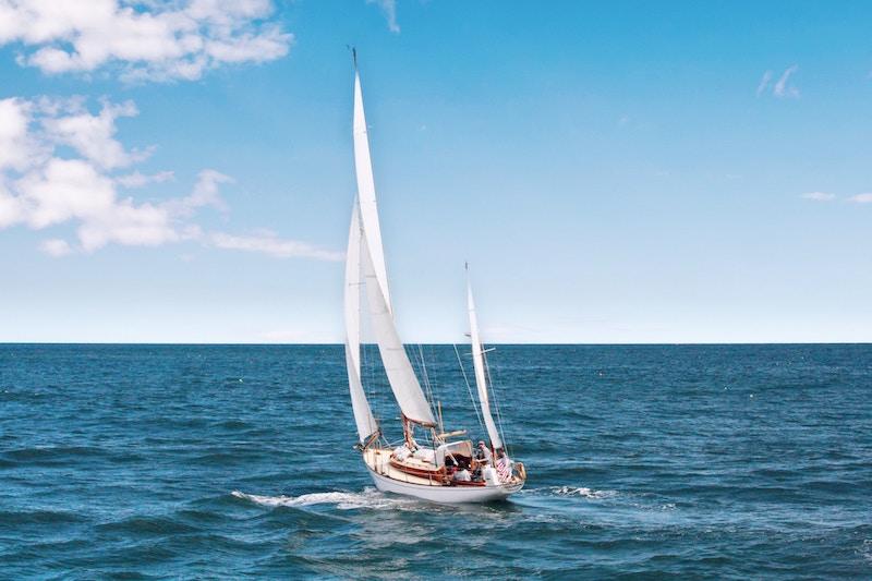 Sportboot auf Hoher See bei voller Fahrt