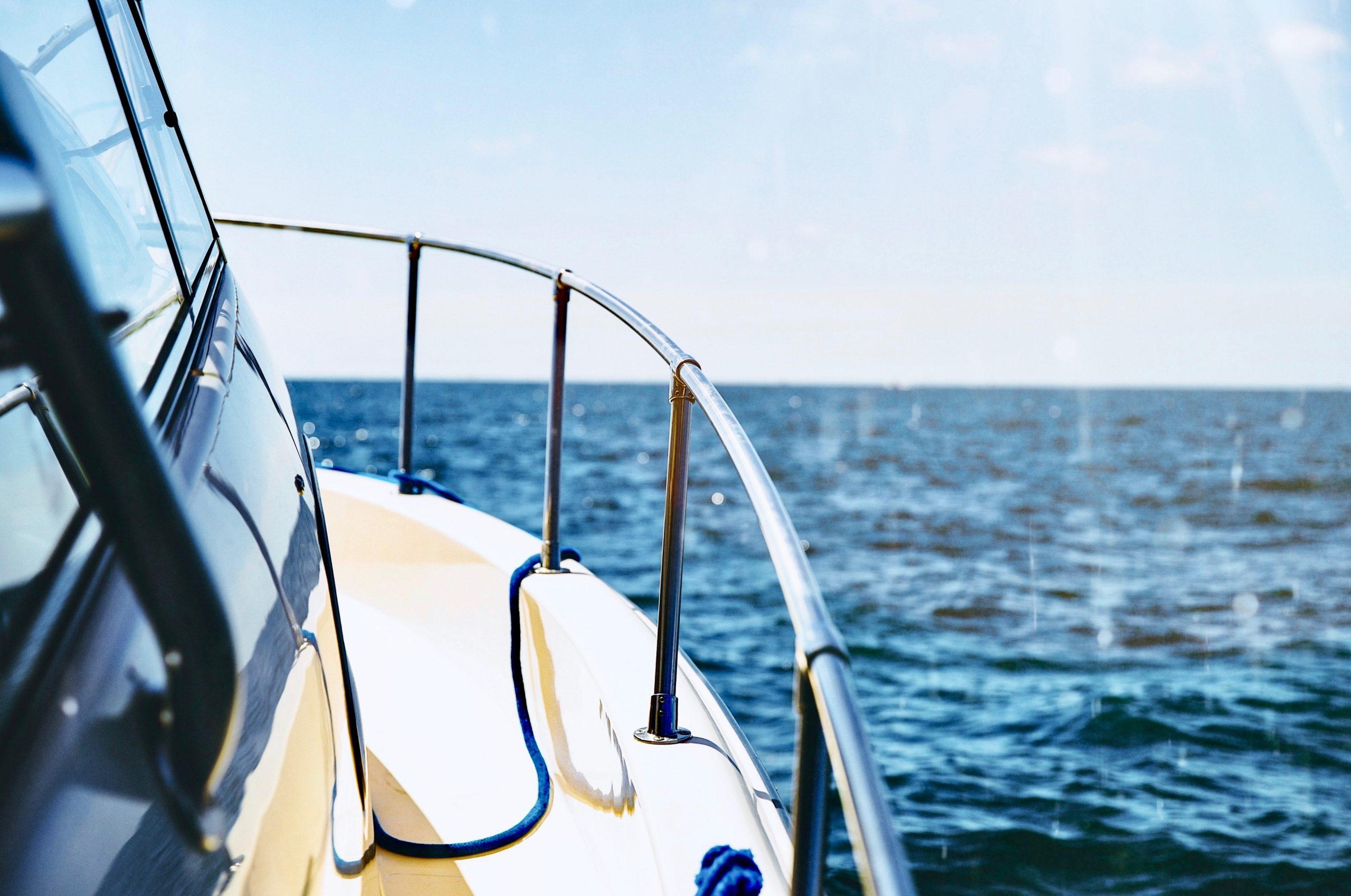 Sportboot auf Meer bei Sonnenschein