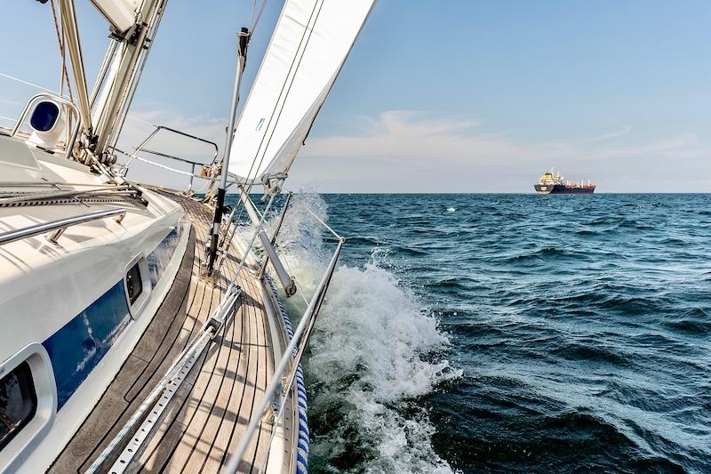 Segelyacht im Meer in Fahrt