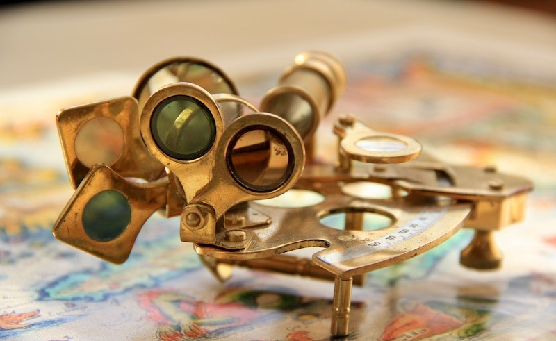 Navigationswerkzeuge liegend auf Landkarte