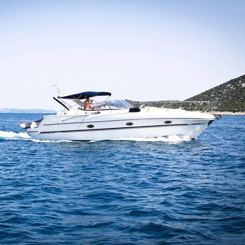 Motorboot Küste blaues Wasser
